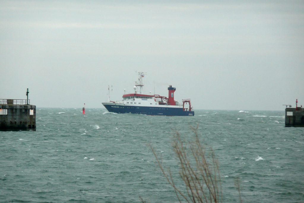 RV Heincke approaching Helgoland